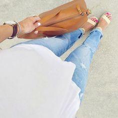 Светло-голубые джинсы – это не просто базовая модная вещь летнего гардероба.  Такие джинсы поднимают настроение! А если это еще и комфортные бойфренды, то они прибавляют энергии. Проверено! Подобрать себе джинсы, которые станут вашими любимыми, вы сможете в JiST.