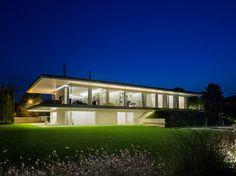 """Esta Villa Italiana, localizada entre entre Veneza e Dolomitas, no distrito de Montebelluna, foi projetada recentemente, pelo famoso arquiteto italiano Giorgio Zaetta. A casa de 1000 m² está distribuída em dois andares e apresenta uma vista privilegiada. O entretenimento é garantido pelo """"Home Theater"""", onde o protagonista é um confortável sofá projetado por Patricia Urquiola.… Leia mais Arquiteto Giorgio Zaetta apresenta seu último projeto"""