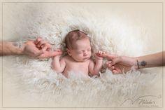 Après une jolie séance future maman pour ce couple, j'ai eu le plaisir de les retrouver pour une séance naissance au Studio !! Future Maman, Couple, Studio, Baby, Baby Arrival, Baby Born, Studios, Baby Humor, Infant
