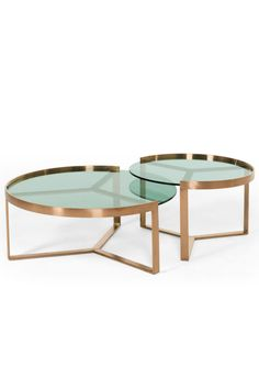 Aula 2-er-Set Beistelltische in Kupfer und grünem Glas. Geniales Design für dein zu Hause. Von den geradlinigen Füßen hin zur runden Glasplatte gehen klare, geometrische Formen nahtlos ineinander über.