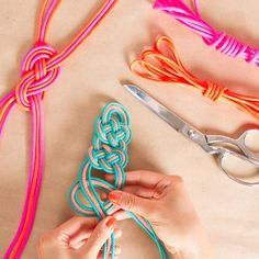 me gustaria aprender a hacer nudos asiGet Skilled: Decorative Knot Techniques + Cool Jewels to Make! by Kollabora Diy Projects To Try, Crafts To Do, Craft Projects, Do It Yourself Jewelry, Bijoux Diy, Crafty Craft, Crafting, Diy Accessories, Jewelry Crafts