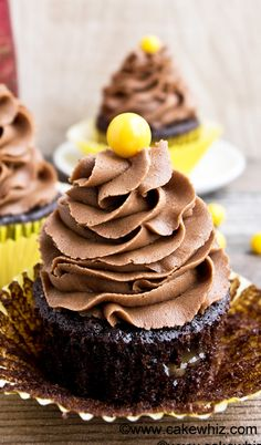 These rich and bold MOCHA CUPCAKES are filled with ooey gooey caramel sauce and topped off with a intense mocha frosting. Truly the perfect dessert for coffee loving chocoholics! {Ad} From cakewhiz.com