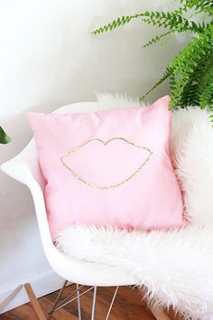 DIY No Sew Sequin Lip Pillow #5WaystoDIY
