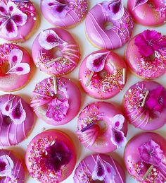 Creative and Yummy Donuts - Blush & Pine Fancy Donuts, Cute Donuts, Mini Donuts, Baked Donuts, Doughnuts, Cute Snacks, Cute Desserts, Cute Food, Donut Decorations