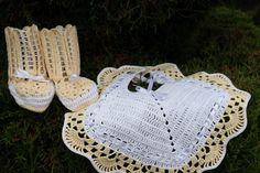 Em amarelo e branco. Babete e botinhas.