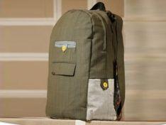 una mochila hecha 100% con telas recicladas.