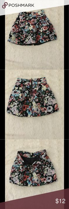 Floral skirt Floral skirt with silver zipper in the back. Never been worn in great condition H&M Skirts Mini