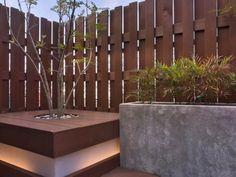 Clôture à claire-voie en bois naturel à lamelles verticales