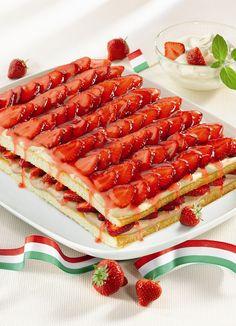 Süße Erdbeer-Lasagne nach italienischer Art Ein cremiges Dessert mit Erdbeeren für den Sommer