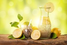 Chia-Wasser mit Zitrone ist das ideale Getränk, wenn du ein paar Kilo abnehmen … Chia water with lemon is the ideal drink if you want to lose a few pounds. But the healthy chia seeds have even more benefits. Detox Drinks, Healthy Drinks, Chia Fresca, Lemon Drink, Lemon Water, Water Water, Chia Seeds, Stevia, Superfood