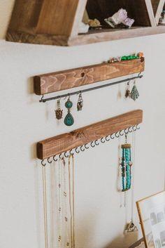 15 Ideas para decorar tu habitación con un toque único Jewellery Storage, Jewellery Display, Wood Jewelry Display, Jewelry Wall, Diy Jewelry Tree, Etsy Jewelry, Earring Storage, Wooden Jewelry, Driftwood Jewelry