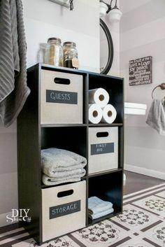 Pour votre salle de bain Pas de placard dans votre salle de bain ?Pas de problème, voici la solution !En plus, en utilisant des petits paniers DIY, vous pourrez expliquer aux invités où se trouve chaque chose