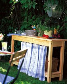 Think about taking your IKEA furniture outside for these garden furniture IKEA hacks. You can take a kitchen island like this and create an outdoor bar. Simple Outdoor Kitchen, Outdoor Kitchen Bars, Outdoor Kitchens, Ikea Garden Furniture, Furniture Decor, Outdoor Furniture, Kitchen Furniture, Furniture Removal, Ikea Outdoor