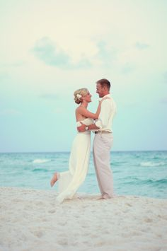 Beach Wedding Picture  #Destinwedding #Weddingphotographyidea