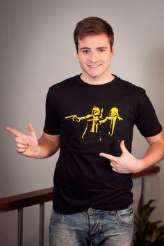 """T-shirt Pulp Wars Dit rechte model T-shirt voor mannen is gemaakt van voorgekrompen ringgesponnen katoen met een opdruk van Vincent Vega en Jules Winfield. De personages uit de film Pulp Fiction in hun typische houding met helmen uit Star Wars. """". De hoge kwaliteit en goede verwerking zijn zichtbaar in de dubbele naden aan de mouwen en de zoom en de tweevoudig gelegde kraag in 1X1 ripp."""