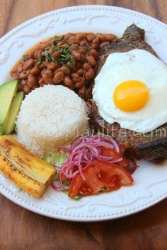Churrasco style steak and egg with menestra bean stew Latin American Food, Latin Food, Comida Latina, Churrasco Recipe, Colombian Food, Colombian Bakery, Spanish Dishes, Spanish Food, Good Food