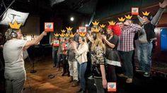 """De artiesten die deelnamen aan het koningslied waren erg blij met hun exemplaar van het boek """"Willem wordt Koning!"""""""