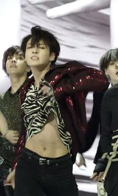 BTS Jungkook abs flash in Fake Love music video!