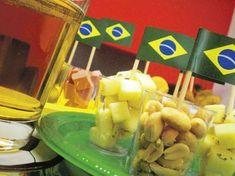 Algumas ideias de petiscos e decoração de mesa para a Copa do Mundo 2014. Faça uma festa com o clima da torcida brasileira sem gastar muito!