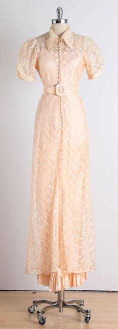 Vintage dresses are so adorable 1930s Fashion, Retro Fashion, Vintage Fashion, Vintage Gowns, Vintage Outfits, Dress Vintage, Vintage Glam, Love Clothing, Vintage Clothing