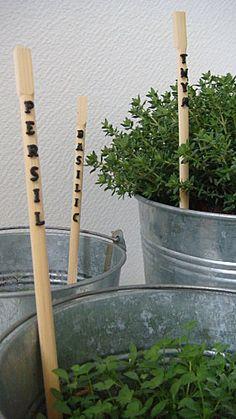 Des baguettes chinoises, des pâtes alphabet et de la peinture, une idée de http://www.larucheaidees.com/