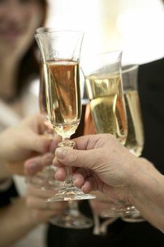 Mietitkö, minkä kuohuviinin hankkisit vapuksi? Kotilieden toimitus listasi avuksesi omat luottoviininsä vappujuhliin. Katso, löytyykö näistä juomista suosikkisi.