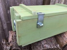 WoodyThings Military Ammo Box Green Closed Lid Front Left Closeup Best Picture For shipping crates s Vintage Wood Crates, Wooden Crates, Wooden Boxes, Pallet Crates, Old Crates, Toy Storage Boxes, Crate Storage, Storage Chest, Crate End Tables