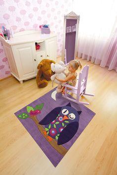 Sweet purple owl kids rug: Cuddly soft, stain resistant and allergy friendly. The children's handmade rug from Arte Espina has a special bonus: a movable beak of felt! | Paars kinderkamer uil vloerkleed met een  beweegbare snavel van vilt.