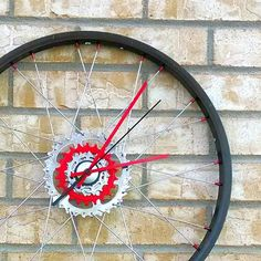 Recycelte Fahrrad Rad Wanduhr Hand in Handarbeit von WhimReCyclery #recycling #upcycling #diy