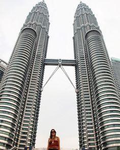 VOLTA AO MUNDO COM O PEGADAS! Em nossa série Volta ao Mundo traremos dicas de 40 países que visitamos.  O trigésimo país da série é a Malásia.  O interessante de Kuala Lumpur a sua capital é perceber a harmonia entre o moderno e o antigo entre o religioso e o científico entre o grandioso e o minimalista.  Um programa que não pode faltar na cidade é uma visita à Petrona Tower tanto no seu interior como na sua redondeza.  E o melhor de tudo Kuala Lumpur costuma oferecer passagens com bons…