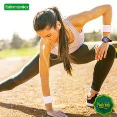 Realizar estiramientos todos los días puede ayudarte a mejorar tu postura, reduce el riesgo de sufrir lesiones, controla la pérdida de masa muscular, incrementa la fuerza y la flexibilidad de los tendones. Además, mejora tu capacidad para relajarte. Para cada posición, estira durante 30 segundos de un lado y cambia al otro.