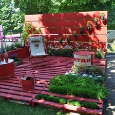 Love the RED!!! Great use for pallets- an idea for a sitting area in dog run