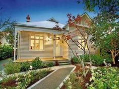 Corrugated iron victorian house exterior with porch & landscaped garden - House Facade photo 484020 Exterior Color Schemes, Exterior House Colors, Colour Schemes, Exterior Paint, Victorian Homes Exterior, Victorian House, 1920s House, Weatherboard Exterior, Rendered Houses