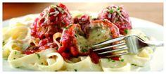 Provolone-Stuffed Meatballs with Fettuccine: Albóndigas al estilo italiano mezcladas con queso provolone, bañadas en salsa marinara y servidas sobre una irresistible pasta fettuccine. Bañado en salsa Alfredo. Todo esto espolvoreado con un exquisito queso parmesano, acompañado de pan de ajo. Foto referencial.