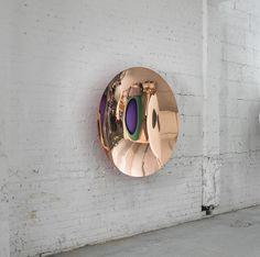 Anish Kapoor studeerde aan het Hornsey College of Art en de Chelsea School of Art Design. Hij kreeg wereldwijde bekendheid tijdens de Biënnale van Venetië van 1990. Tegenwoordig werkt hij in Londen maar bezoekt India regelmatig. Zijn werk wordt door zowel de westerse als de oosterse cultuur beïnvloed. de spiegelende kunst die hij maakt vind ik interessant, het werk laat verschillende invalshoeken zien waardoor ik blijf kijken en weer andere dingen te ontdekken.