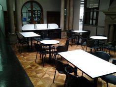 Zona exterior de lectura y trabajo en biblioteca. #escueladecomerciodesantiago #bibliotecaccs