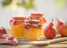 Snijd de peren altijd in hele kleine blokjes en besprenkel de stukjes met citroensap om verkleuren tegen te gaan.
