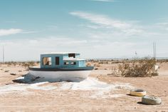 Beached boat at Leonard Knight's Salvation Mountain - Freunde von Freunden