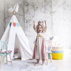 Espectacular tienda de campaña con guirnalda de mini plumas creada por Bel and Soph.