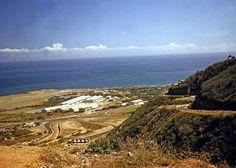 Excelente panorámica hacia el aeropuerto de Maiquetía, desde la antigua Carretera vieja Caracas - La Guaira. Circa 1956 - 1960.  En la imagen se divisa parte de la autopista Caracas - La Guaira y su antiguo peaje.