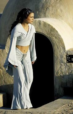 Star Wars Episode II: Attack of the Clones Padmé Amidala's (Natalie Portman) Tatooine costume Star Wars Padme, Star Wars Mädchen, Film Star Wars, Star Wars Girls, Amidala Star Wars, Natalie Portman Star Wars, Starwars, Reina Amidala, Costume Star Wars