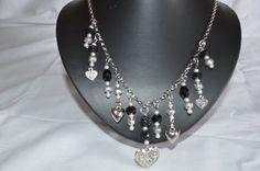 Mooie zilverkleurige ketting met bedels. van PoshPerles op Etsy
