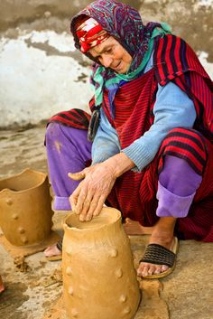 Africa | Potter in northern Tunisia | ©Mohamed Sakli Tunisia Africa, Africa Art, African Countries, Ceramic Artists, North Africa, Africa Travel, People Around The World, Beautiful Hands, Art History