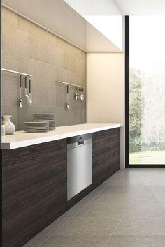 Eine moderne Küche darf auch durch Zurückhaltung auffallen. Diese Küchenhälfte in dunkler Holzoptik und mit weißer Arbeitsfläche liefert den Beweis, dass weniger auch mehr sein kann. #siemenshome #enjoysiemens #küchendesign #küchenideen #kitchenideas #interior #kücheninspiration #küchendetails Küchen Design, Double Vanity, Bathroom Lighting, Mirror, Furniture, Home Decor, Kitchen Inspiration, Minimalist, Bathroom Light Fittings