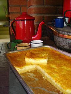 BOLO DE FUBÁ CREMOSO: 3 xícaras (chá) de leite 3 ovos 3 xíc (chá) de açúcar 1 xíc (chá) de fubá 3 colheres (sopa) de farinha de trigo 2 colheres (sopa) de manteiga (30 g) 1 colher (sopa) de fermento em pó 50 g de queijo parmesão ralado 1 pitada de sal - Num liquidificador, coloque leite, ovos, açúcar, fubá, farinha de trigo manteiga, fermento em pó, queijo parmesão ralado e pitada de sal e bata bem. Coloque a mistura (feita acima) em uma assadeira untada e leve ao forno.