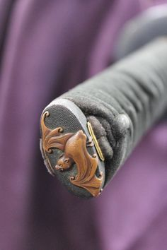 A beautiful bat design on the pommel of a sword - samurai sword Japanese Sword, Japanese Art, Samurai Swords Katana, Hunting Knives For Sale, Neck Bones, Beautiful S, Fantasy Sword, Edc Everyday Carry, Tools For Sale