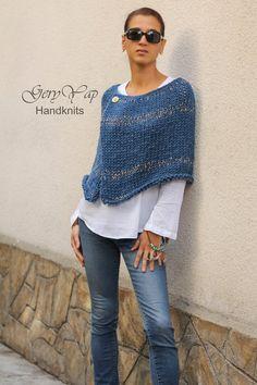 Poncho Au Crochet, Poncho Knitting Patterns, Knitted Poncho, Easy Knitting, Knitting Designs, Knit Patterns, Knit Crochet, Poncho Cape, Pull Poncho