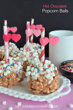 Fun treat fro the kids to make! Hot Chocolate Popcorn Balls - a fun and delicious way to enjoy chocolate covered popcorn Mini Desserts, Just Desserts, Delicious Desserts, Yummy Food, Fun Food, Popcorn Recipes, Snack Recipes, Dessert Recipes, Breakfast Recipes