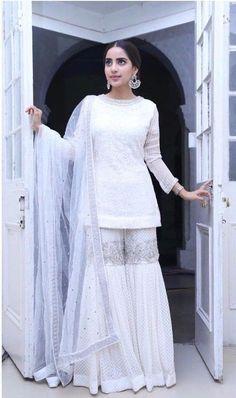 Pinterest: @KrutiChevli • #indianwedding #indianfashion #indianbride #kundan #indianjewelry #makeup #indiandesigner #bridaljewelry #bridalmakeup #mehndi #necklace #punjabiwedding #instagram #eyeshadow #asianfashion #pakistanibride Pakistani Fashion Party Wear, Pakistani Wedding Outfits, Pakistani Dress Design, Pakistani Dresses, Indian Fashion, Indian Dresses, Sarara Dress, Nikkah Dress, Dress Suits