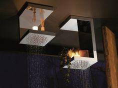 pommeaux de douche encastrés au plafond et bougies décoratives